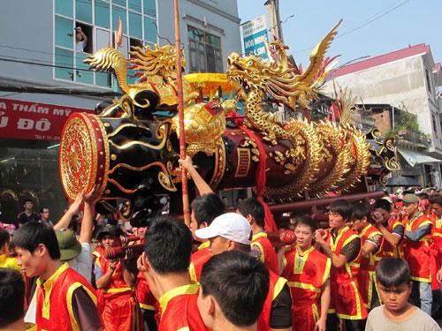 Phuong Dong Ky hien tang qua phao mau cho Bao tang tinh